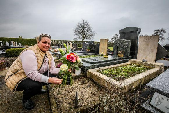 Els Vuylsteke uit Keiem moest haar winkel sluiten wegens coronavirus, maar plaatste haar bloemen op de graven in plaats van ze weg te smijten