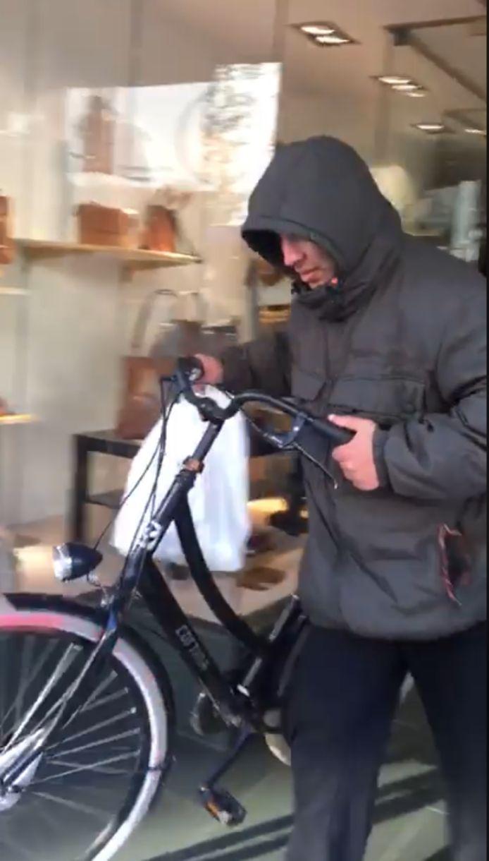 De man vluchtte weg op de fiets.