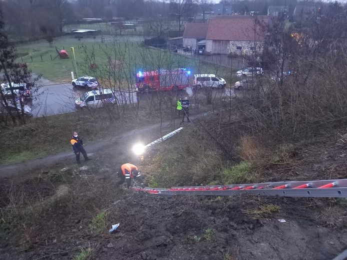 Omdat de sporen moeilijk bereikbaar waren, moest de politie ladders op de spoorberm plaatsen.