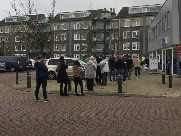 Een dikke rij bij de Action vorig jaar in Hulst. Veel Belgen negeerden destijds de oproep alleen uit noodzaak de deur uit te gaan. Tot ergernis van Hulstenaren.