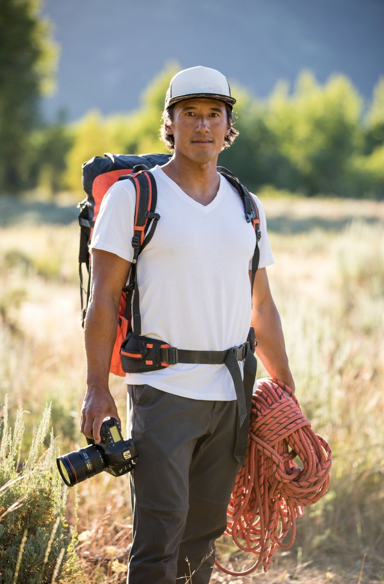 Regisseur en alpinist Jimmy Chin tijdens de opnamen van 'Free Solo'. Beeld National Geographic/Chris Figens