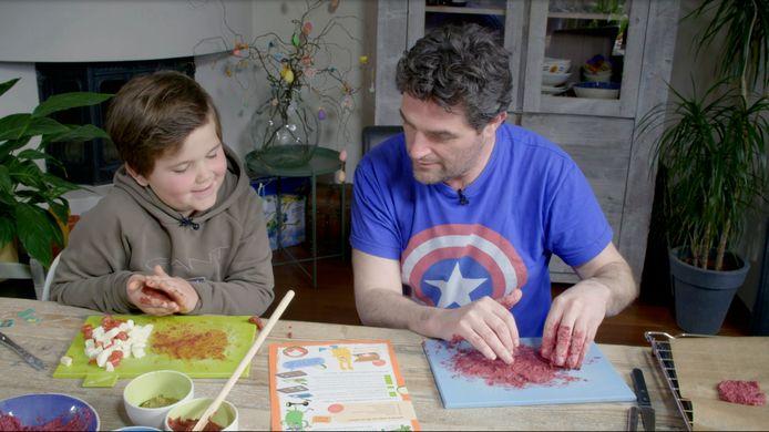 Een jongen is samen met zijn vader bezig met een van de recepten van Spoony.