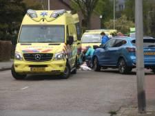 Auto schept voetganger op kruising in Zwolle