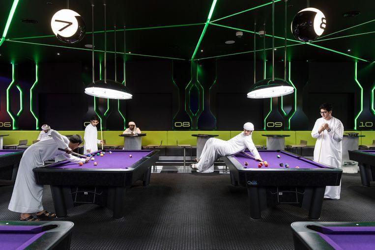 2017. Jongens spelen een spelletje poolbiljart in Hub Zero, een entertainmentcomplex en interactief gamingpark in het winkelcentrum City Walk.  Beeld Nick Hannes