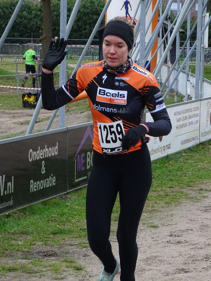 Anne van der Breggen komt na een indrukwekkende inhaalrace als eerste vrouw over de finish