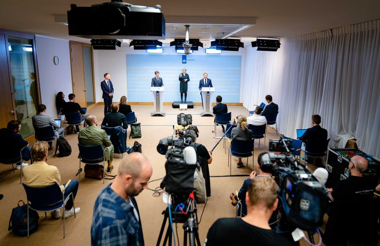Op de persconferentie van dinsdagavond maakten Rutte en De Jonge bekend wat de nieuwe coronaversoepelingen zijn. Beeld ANP
