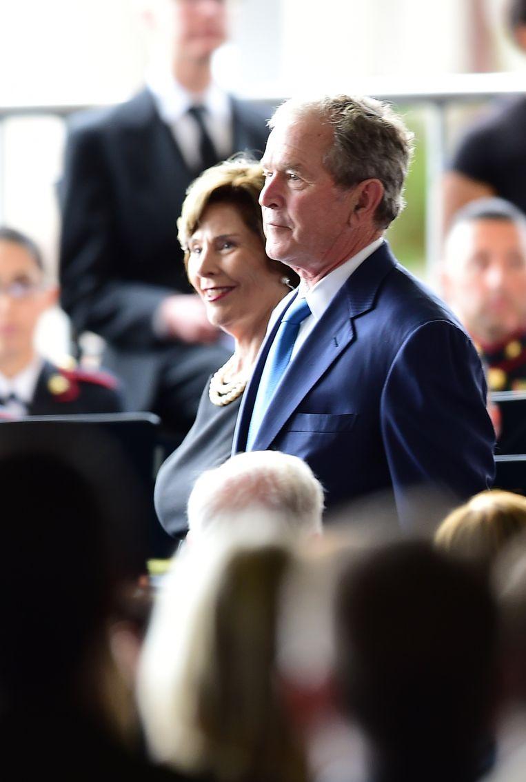 Voormalig president George W. Bush en zijn vrouw Laura. Beeld AFP
