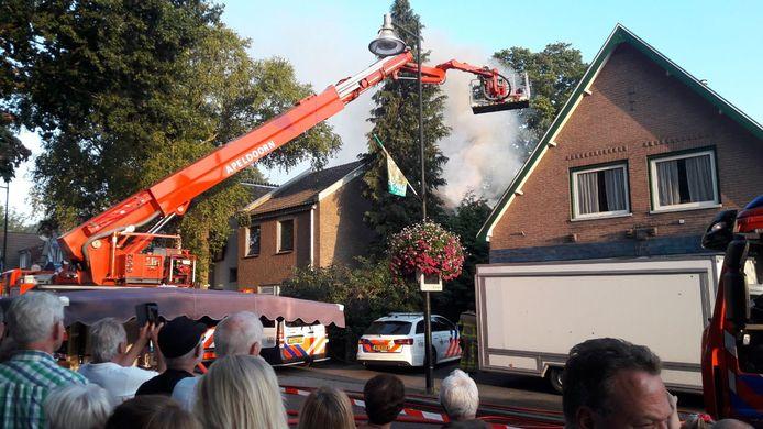 De Veluwse Markt was in volle gang, toen in augustus vlammen sloegen uit een pand van Leger des Heils in Beekbergen.