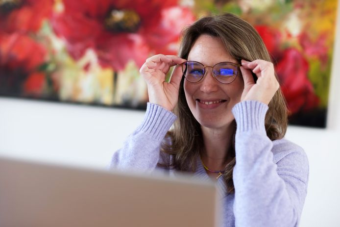 Céline de Clercq heeft sinds kort een bril, omdat ze last kreeg van haar ogen. Reden: meer achter het beeldscherm door corona.