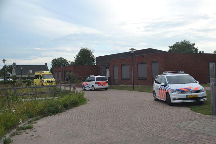 Hulpdiensten ter plaatse bij een steekpartij aan het Kriekveld in Druten.