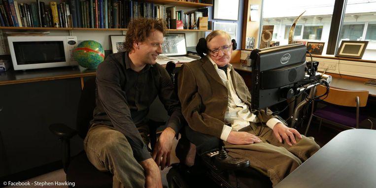 Thomas Hertog op bezoek bij Stephen Hawking in Cambridge: 'Ik heb leren praten, schrijven en denken als Stephen.' Beeld Archief