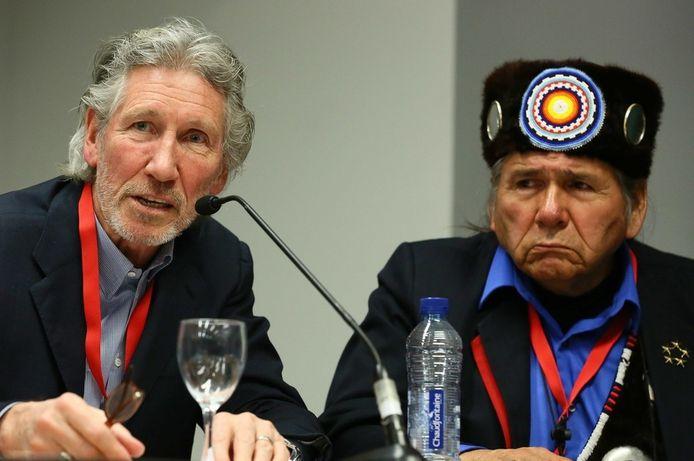 Roger Waters (Pink Floyd) en Dennis Banks, mede-oprichter van de American Indian Movement, tijdens de persconferentie in Brussel.