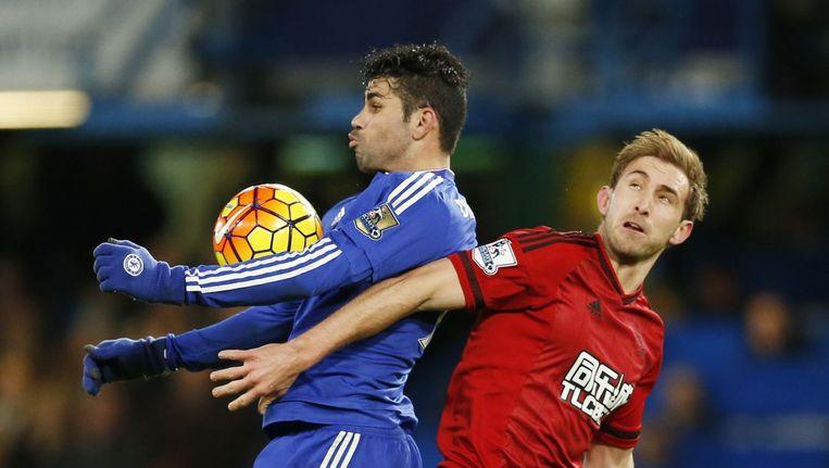 Diego Costa (L) in duel met Craig Dawson Beeld photo_news