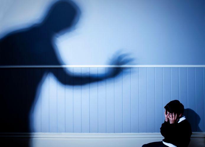 Jaarlijks zijn er in Nederland ruim driehonderdduizend slachtoffers van huiselijk geweld, waarvan eenderde kind is.
