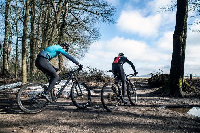 Ook dit weekend waren de bossen weer populair bij mountainbikers, zoals hier in de buurt van de Bisseltsebaan in Mook.