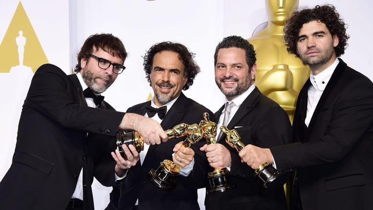 De ploeg van 'Birdman' is dolblij met de Oscar voor beste scenario. Beeld EPA