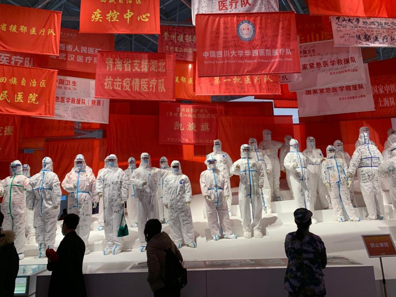 Op de tentoonstelling in Wuhan is vooral aandacht voor de optimistische kant van de coronabestrijding.