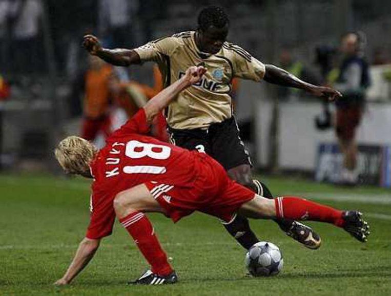 Taye Taiwo van Olympique Marseille in duel met Dirk Kuijt. Foto EPA/Guillaume Horcajuelo Beeld
