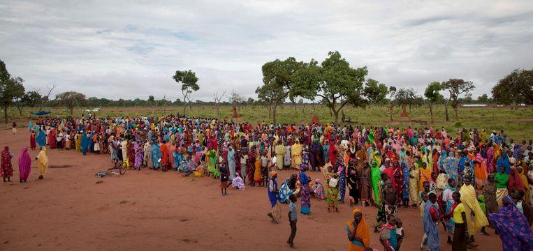Rijen wachtenden voor voedselbedeling tijdens een voedselcrisis in Zuid-Soedan enkele jaren geleden. Door de coronacrisis dreigt meer hongersnood, waarschuwen de VN. Beeld AP