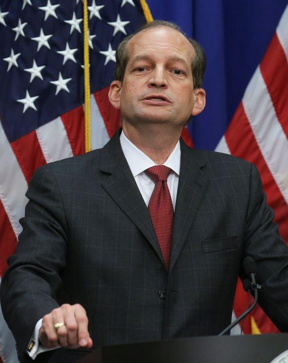 Minister van Werkgelegenheid Alexander Acosta regelde in 2008 dat Epstein schuld bekende in twee aanklachten wegens prostitutie. Zo ontliep Epstein een zwaardere straf.