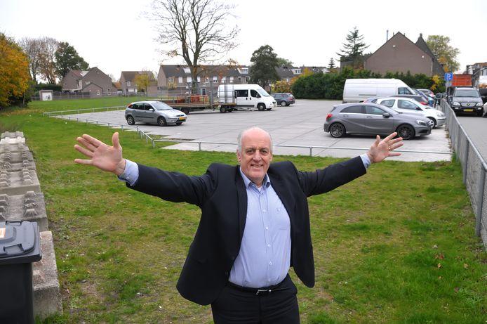Wethouder Willem Starreveld voor het 'plangebied' in Rijen. Foto Jan Stads / Pix4Profs