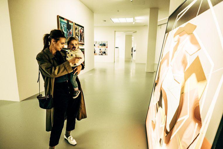 Lies Vangeel en Andrée (1).De kleine zag al werk van Ai Weiwei en Borremans. 'Andrée lijkt het op haar manier best entertainend te vinden.' Beeld Thomas Sweertvaegher