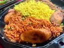 Een proeverij van verschillende soorten rijst. De rode rijst is 'jollof', een typisch West-Afrikaans gerecht, met bakbanaan.