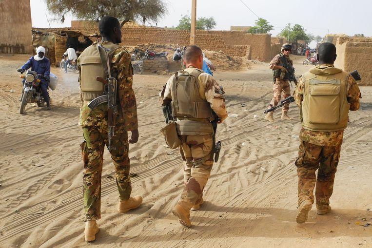 Franse en Malinese soldaten patrouilleren in de straten van Menaka, in de Liptako-regio in Mali. Beeld AFP