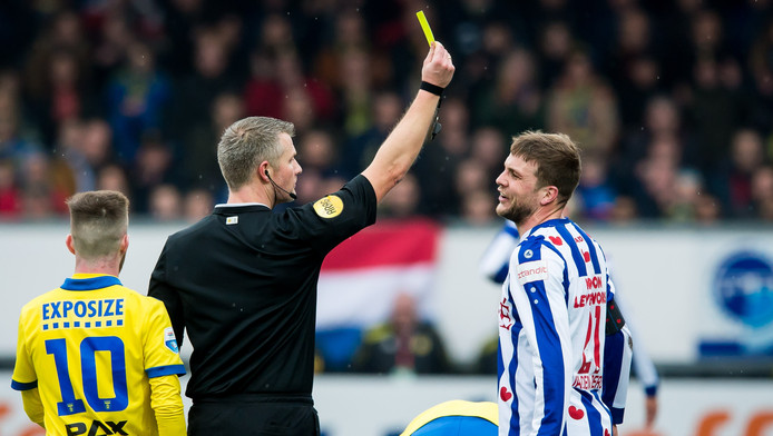 Joey van den Berg krijgt geel.
