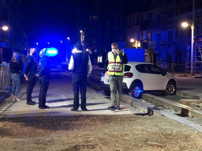 De politie en de diensten van De Lijn kwamen ter plaatse. Het voertuig moest zo snel mogelijk weg om de sporen vrij te maken.
