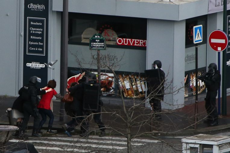 Mensen worden weggeleid van de Joodse kruidenierswinkel in Parijs waar vrijdag een gijzeling plaatsvond. Beeld Getty Images