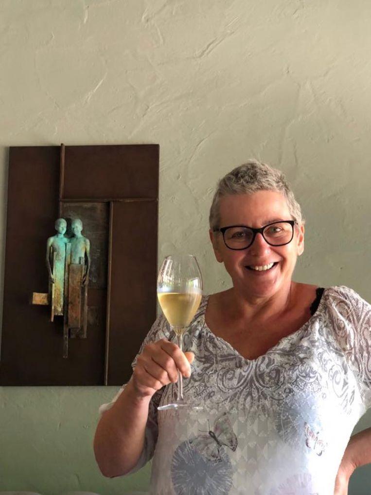 Deze stralende foto postte Ann Coopman vorige zomer op haar Facebook. Klinkend met een glas champagne, omdat ze genezen was van kanker. Maar Ann herviel.