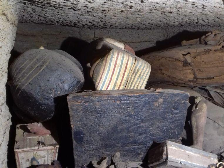 De 2.500 jaar oude, verzegelde doodskisten die werden gevonden 32 kilometer ten zuiden van Caïro.  Beeld EPA