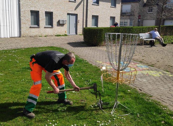De manden voor de frisbeegolf werden geplaatste door de technische dienst van de gemeente