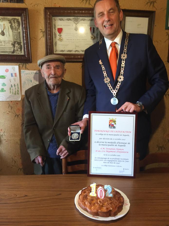 Donatien Hamon  krijgt de erepenning van burgemeester Anton Stapelkamp.