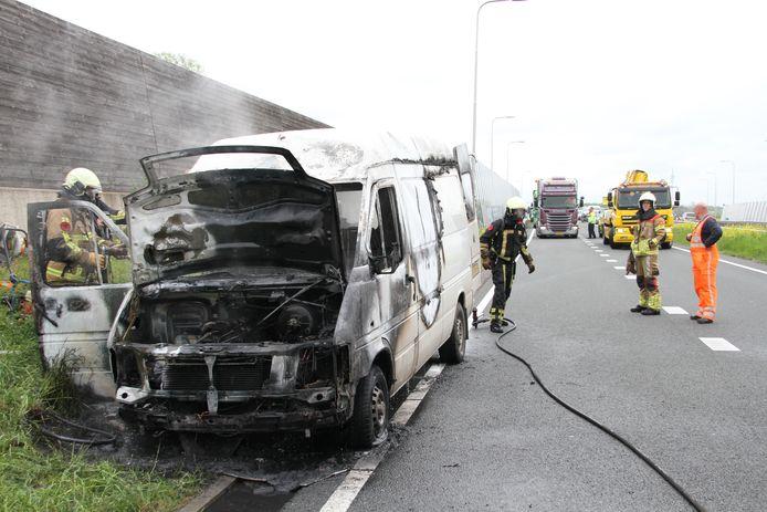 Op de N35 zijn regelmatig ongelukken.  Zo ook deze bedrijfsbus die in de brand is gevlogen.