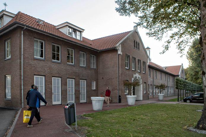 Grootschalige wooncomplexen voor arbeidsmigranten buiten de stad, zoals hier bij Stella Maris in Steenbergen, moeten ook in Bergen op Zoom de overlast en huizenkrapte in woonwijken tegengaan. Maar waar en hoe is nog niet duidelijk.