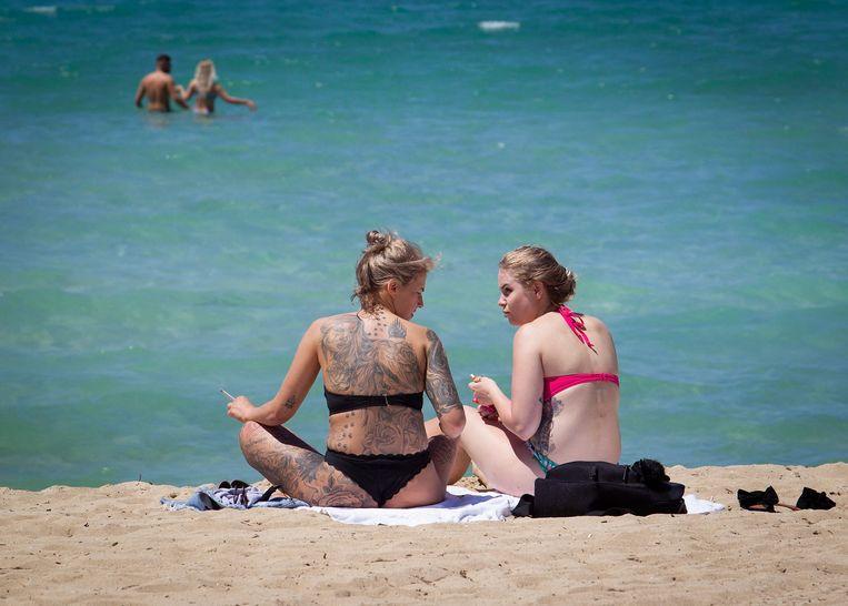 Twee vrouwen op het strand van Mallorca. Beeld AFP