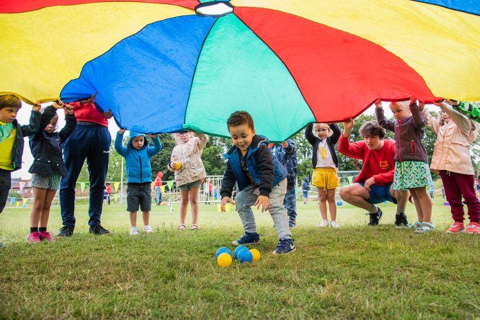 (Archiefbeeld) Spelende kinderen onder een parachute.