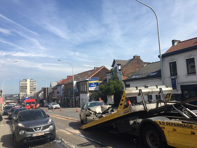 Il ne reste presque plus rien du véhicule du chauffard qui a embouti un camion poubelle à Couillet (Charleroi)