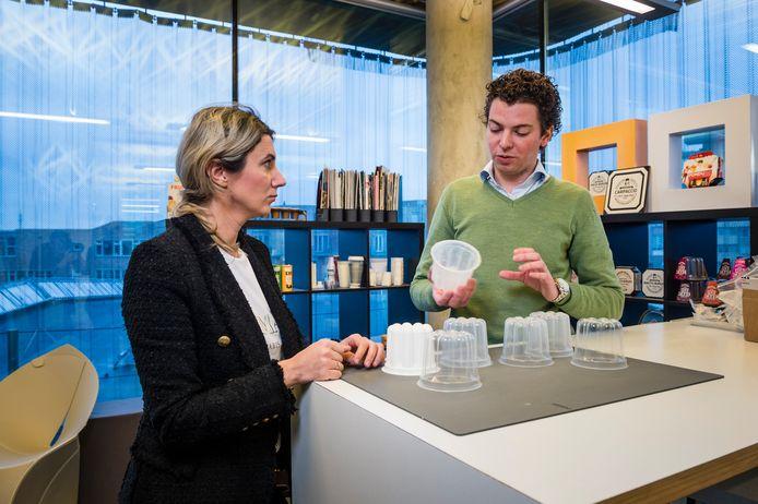 Mariana Gelici (Foodatelier) en Bart Oude Luttikhuis (DiDutch) zijn betrokken bij de ontwikkeling van nieuwe toepassingen bij verpakkingen in de voedselindustrie.