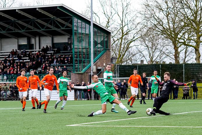 Jorik Mijnhijmer probeert met een uiterste inspanning Moerse Boys-keeper Tom Magielse passeren, laatstgenoemde redt met zijn voeten.