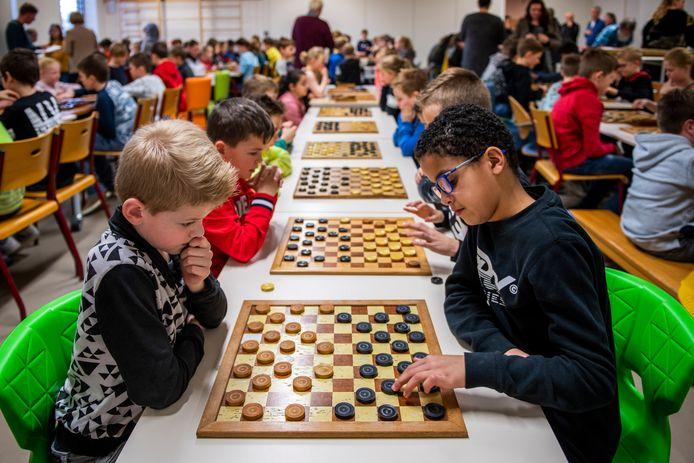 In De Windmaker in Oostburg was woensdag het schooldamkampioenschap. Daan (9) en Mees (9) van basisschool De Zeemeeuw in Breskens.
