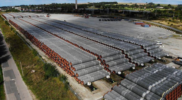Buizen voor de Nord Stream 2-gaspijplijn liggen klaar in de Duitse haven in Sassnitz. Beeld REUTERS