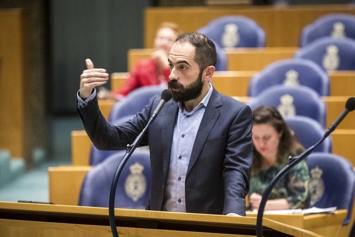 Kamerlid Cem Lacin van de SP tijdens een debat over de besluitvorming rond vliegveld Lelystad.
