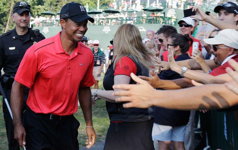 Tiger Woods wordt gefeliciteerd door zijn aanhangers na afloop van de AT&T National. Beeld afp