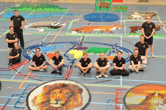De elf bouwers van Team Dutch Domino tussen de wilde dieren, vlak voor de 'kick off'.