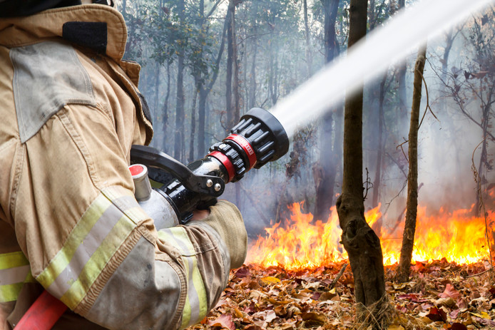 De brandweer rukt met meer voertuigen uit