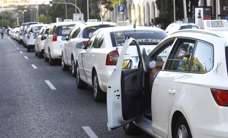 Taxichauffeurs blokkeren een grote laan in Madrid. Er is geen doorkomen aan. Beeld EPA