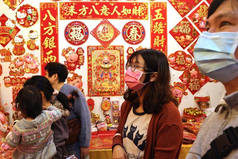 Inwoners van de Taiwanese hoofdstad Taipei doen inkopen voor Chinees Nieuwjaar.  Beeld Reuters
